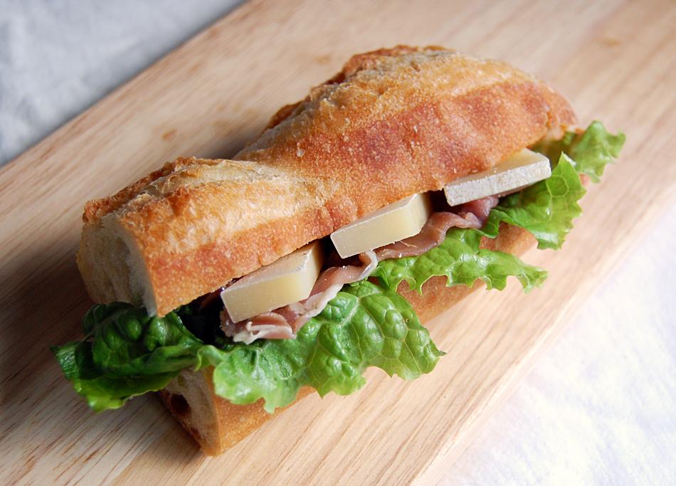 槲(チーズ)を入れたサンドイッチ