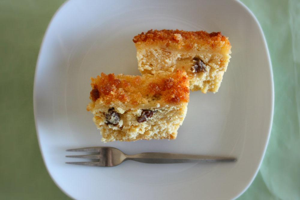 皿に盛り付けしたチーズケーキ