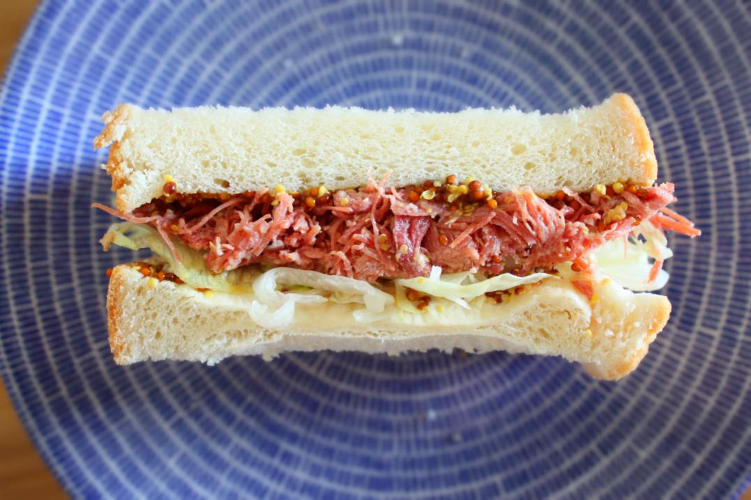 腰塚の自家製コンビーフのサンドイッチ