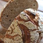 ライ麦や全粒粉が多めに入ったパン