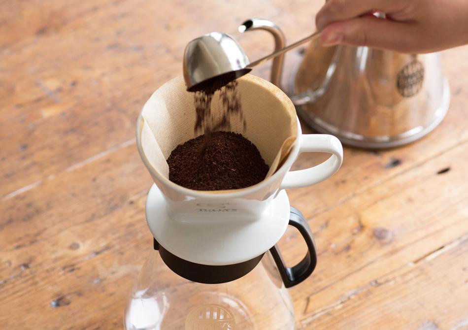 コーヒーの粉を入れる