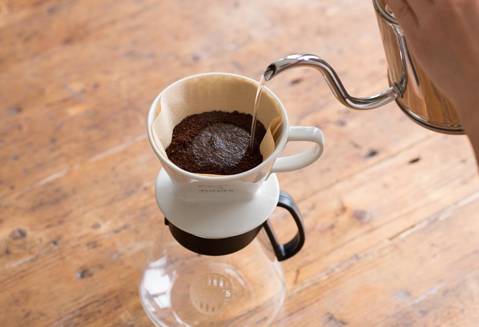 コーヒーの蒸らしを行う