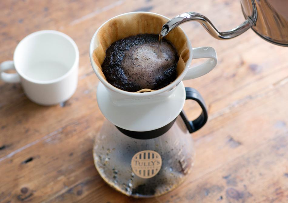 コーヒーにお湯を注ぐ