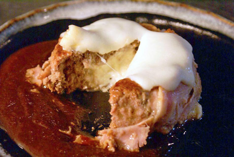 北海道産モッツァレラチーズinハンバーグ 切ったところ