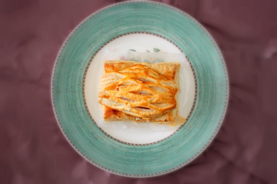 タムラファームアップルパイの皿盛りの引きの画像