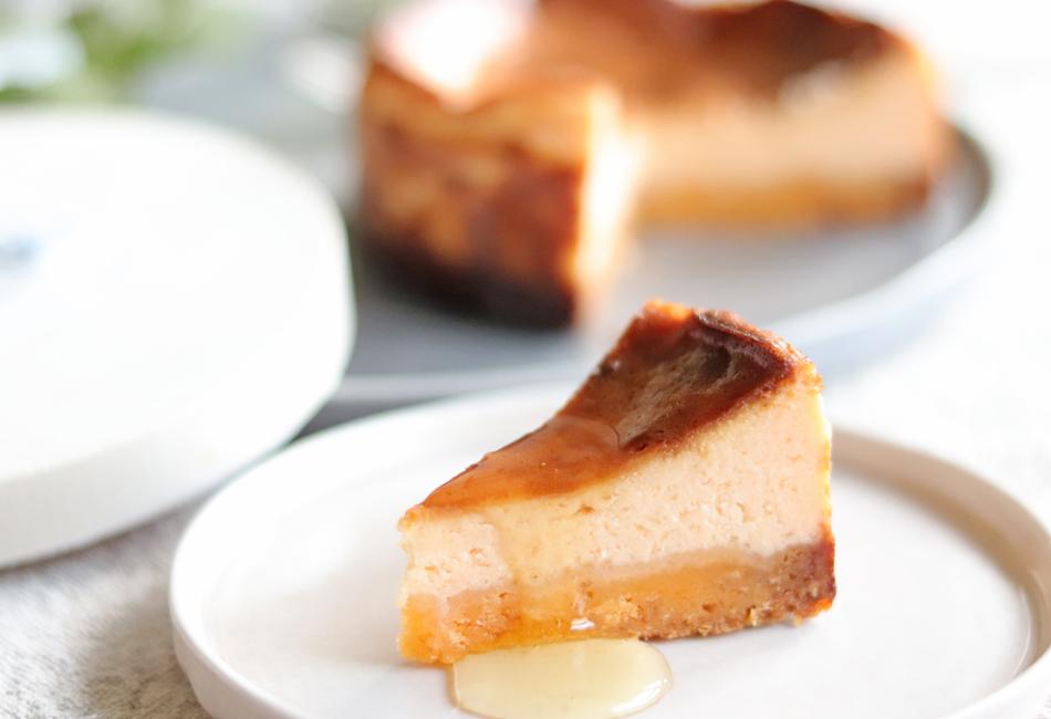 チーズ好きな「あなた」のための濃厚チーズケーキ 皿に載せたところ