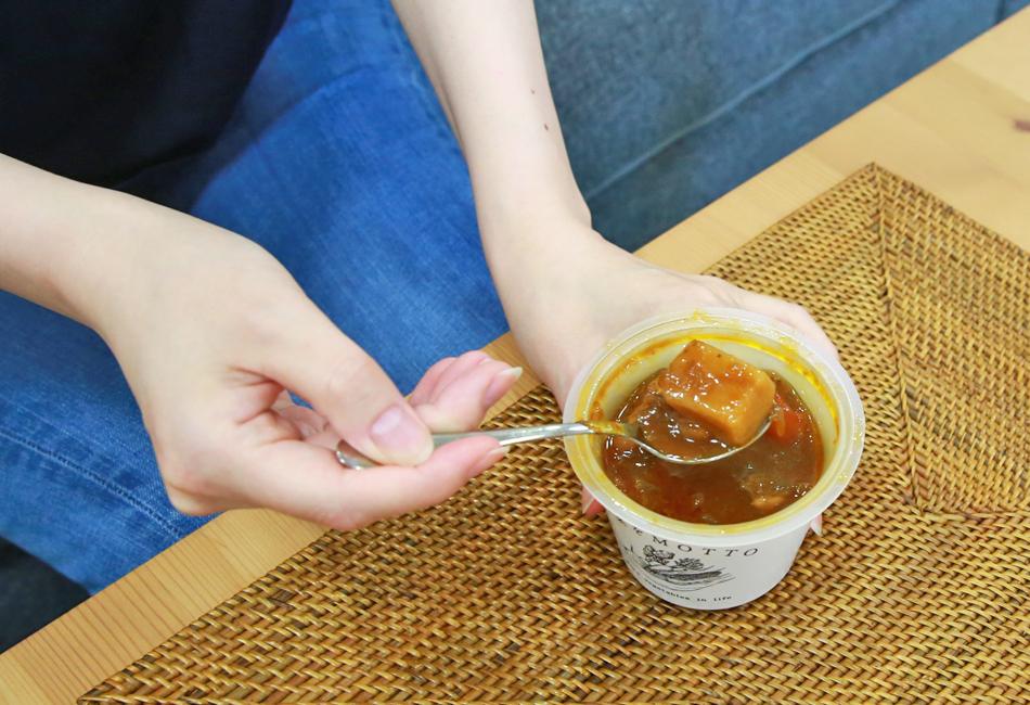 野菜をMOTTO 北海道産「レッドビーツ」と根菜ごろごろ 濃厚ボルシチ スプーンですくったところ