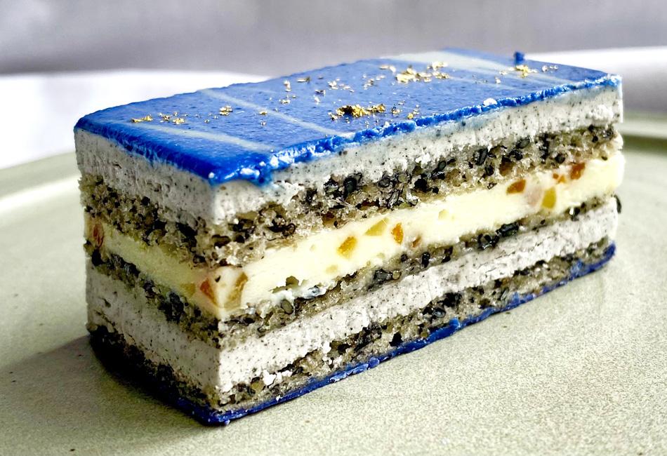 ラピスラズリのオペラ(ケーキ) カットしたところ 黒ごま