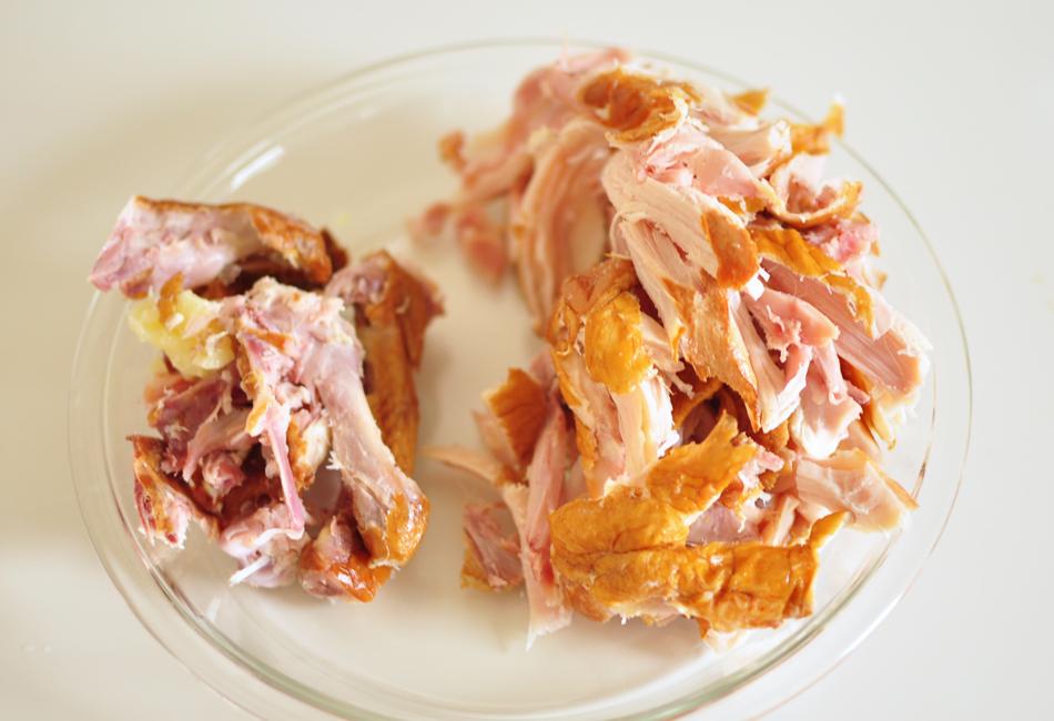 国産ハーブ鶏のスモークと彩り野菜のラップサンド 手で細かくほぐす
