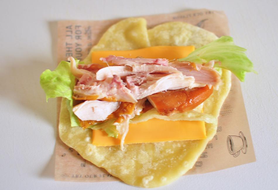 国産ハーブ鶏のスモークと彩り野菜のラップサンド 材料を巻く