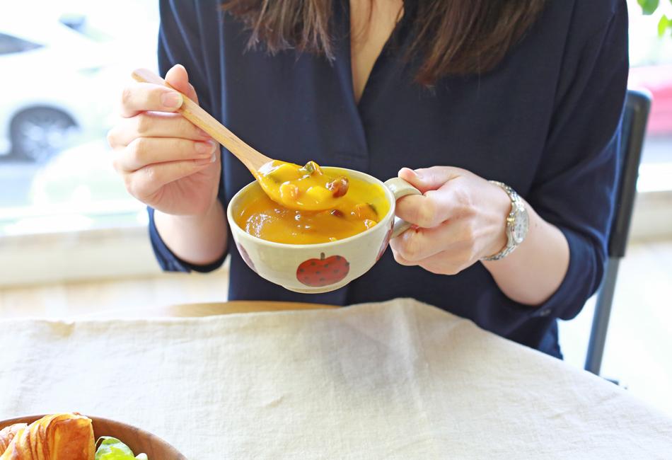 野菜と豆の具だくさんポタージュセット カゴメ スプーンですくって食べる
