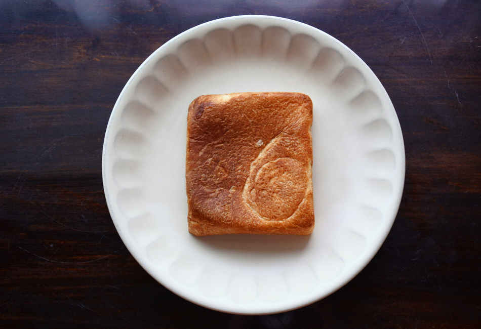 ESPRIT食パン 株式会社小麦家×Bakery&Cafe ESPRIT(エスプリ)  お皿に乗せたところ