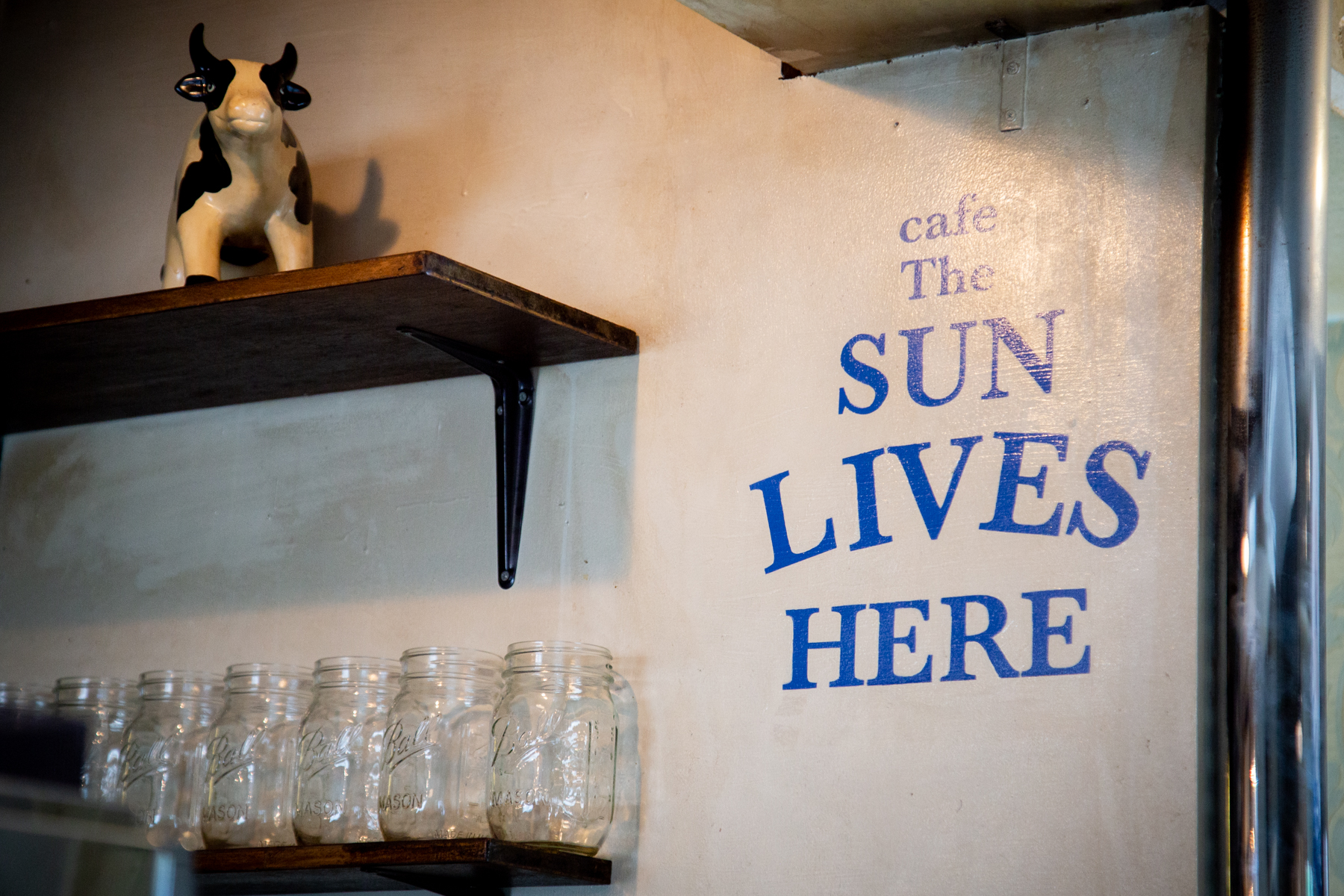 cafethesunliveshereの店内のロゴ