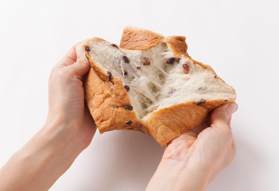 AZUKI食パン 手で開いたところ
